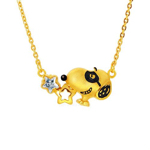 史努比黃金項鍊搭配星形鑽讓政體帥氣中帶點時尚